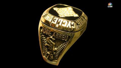 Jerry Reinsdorf sorprende a José Abreu con anillo por batear el ciclo