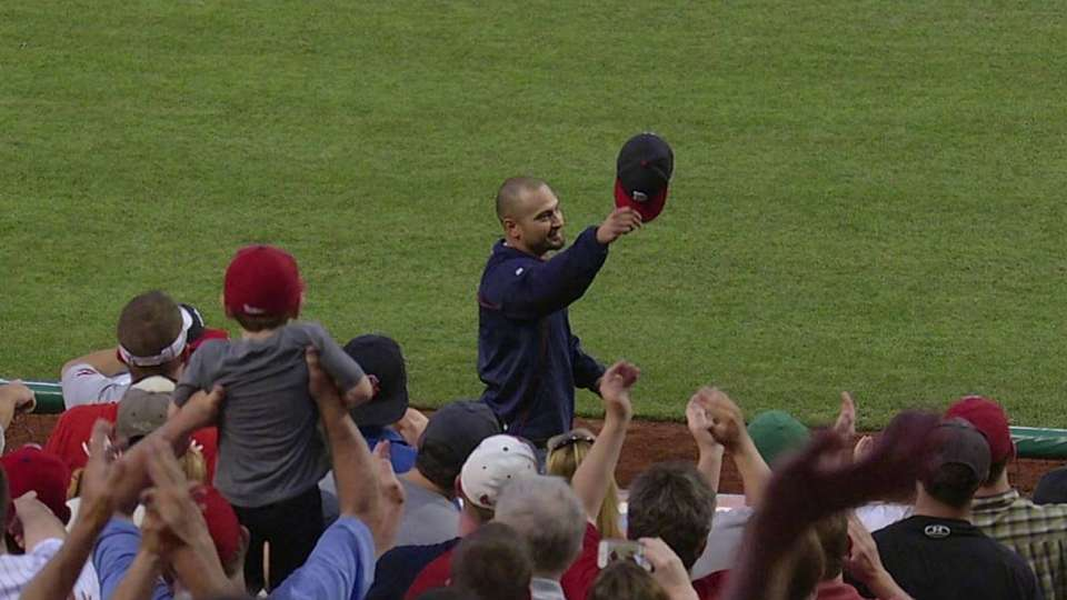 Victorino honored by Phils fans