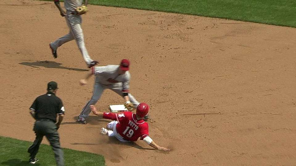 Cahill throws out Votto