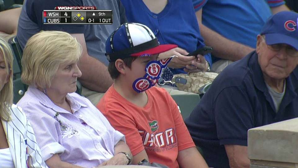 Cubs fan decorates face
