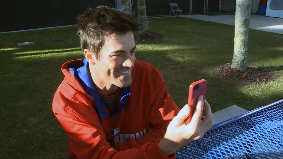 Hamels chats with soldier