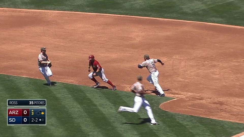 Padres get the out in rundown