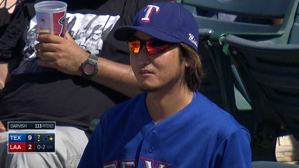 Darvish look-alike catches ball