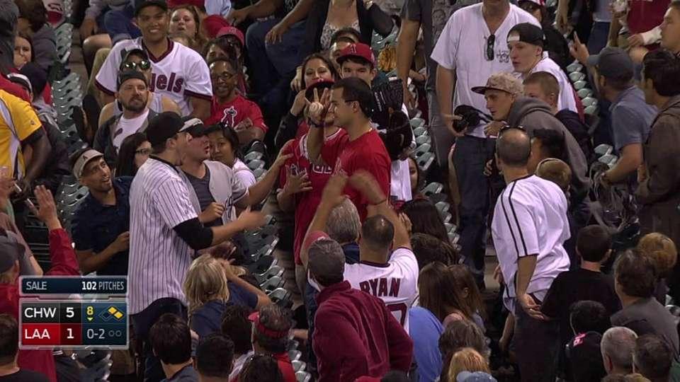 Fan's one-handed catch
