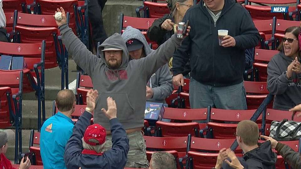 Fan makes barehanded catch