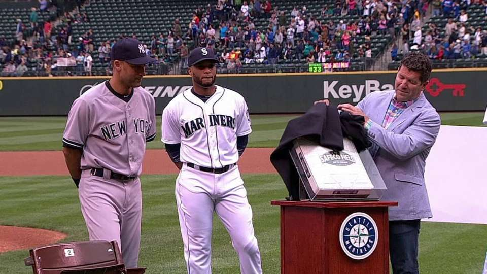Jeter receives gifts in Seattle
