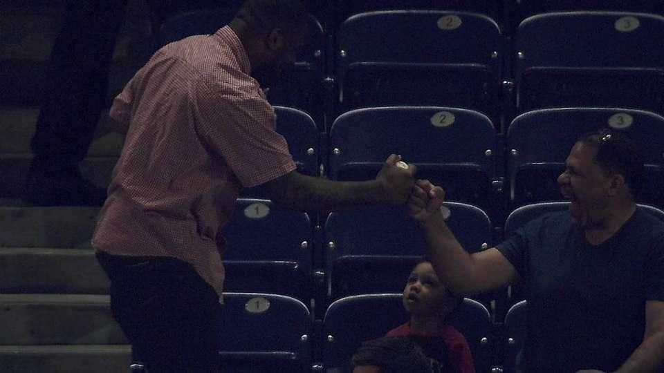 Fan makes great barehanded catch