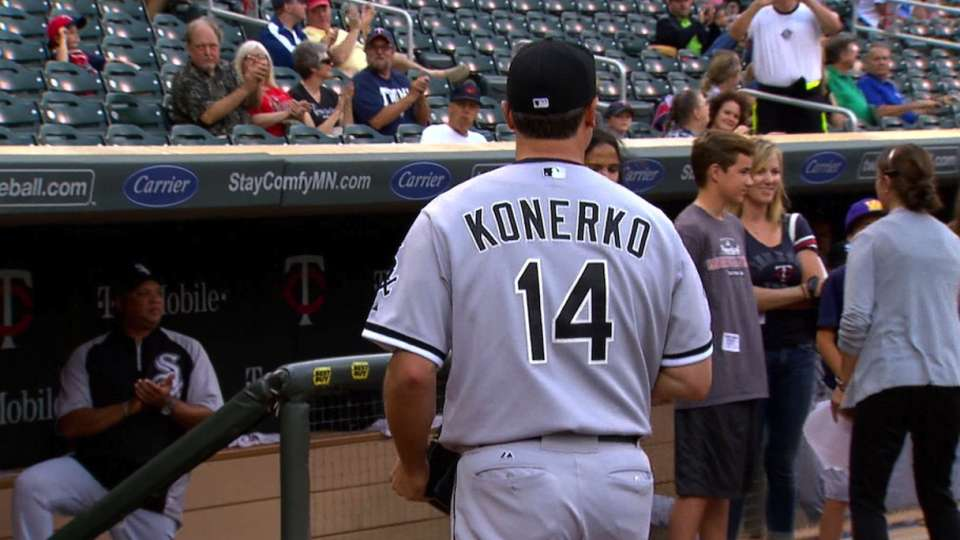 Twins present Konerko with gifts