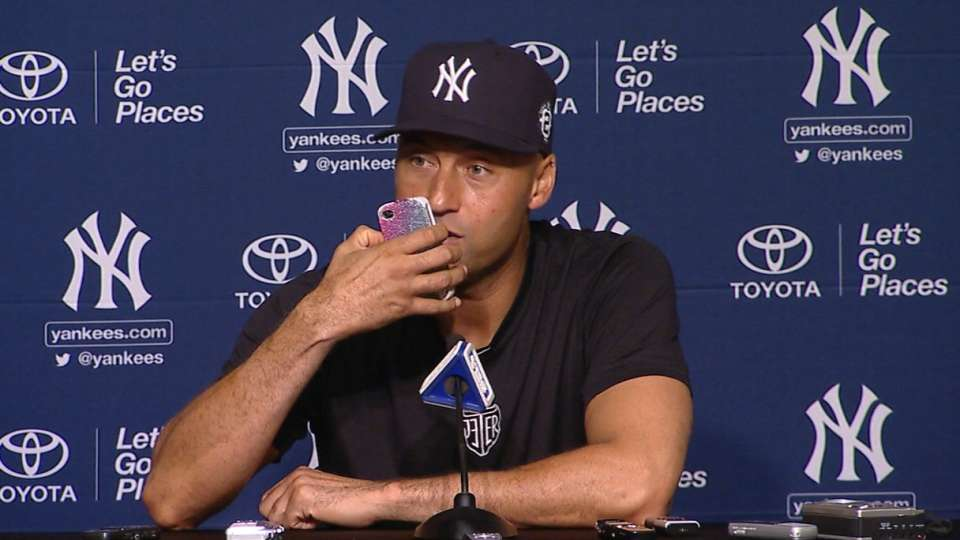 Jeter answers reporter's phone