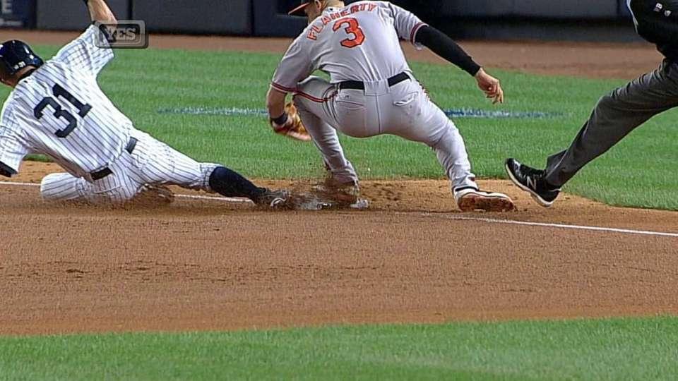 With Derek Jeter batting, Ichiro Suzuki steals (15) 3rd base.
