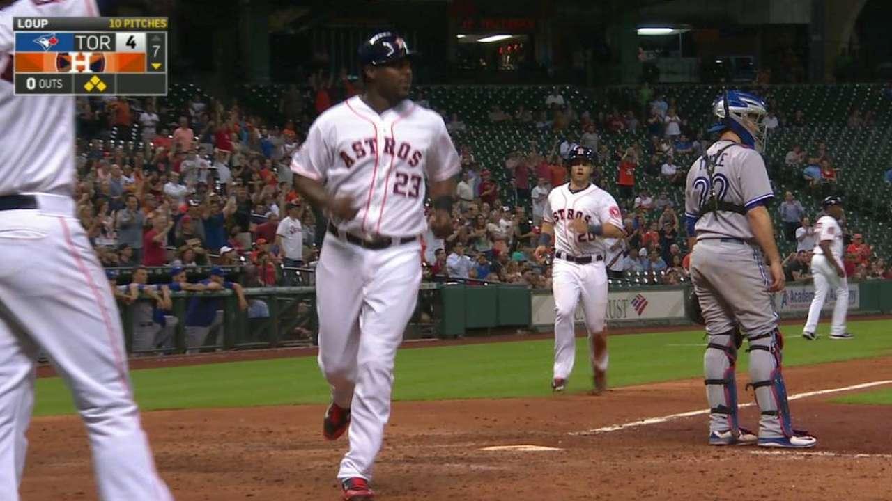 Astros remontan en el séptimo y vencen a Toronto
