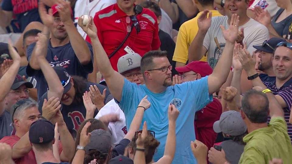 Fan's great barehanded grab