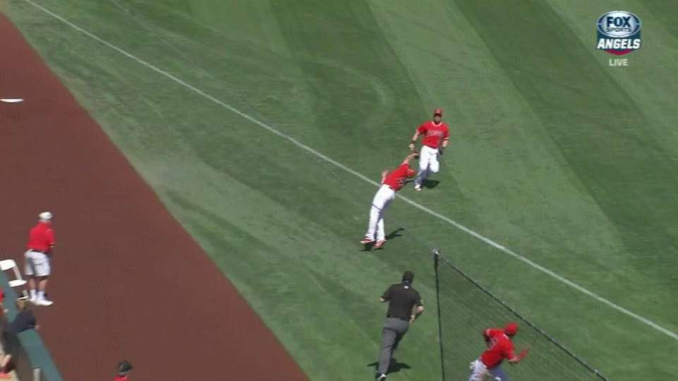 Simmons sprints to make catch