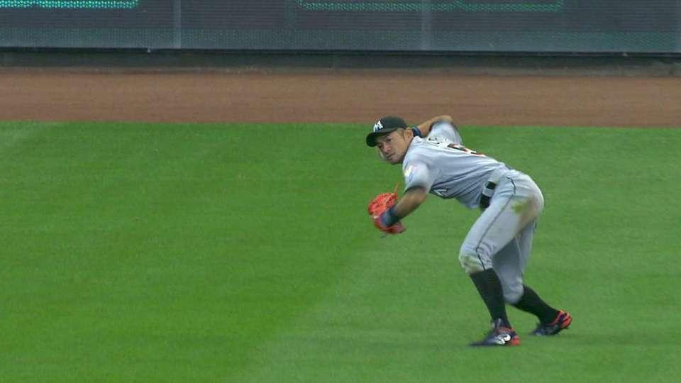 Ichiro's fast snag in left field