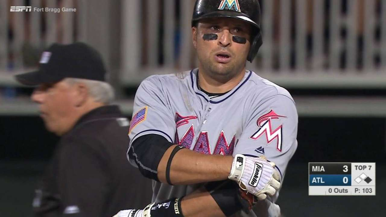 Marlins vencen a Bravos en estadio de base militar