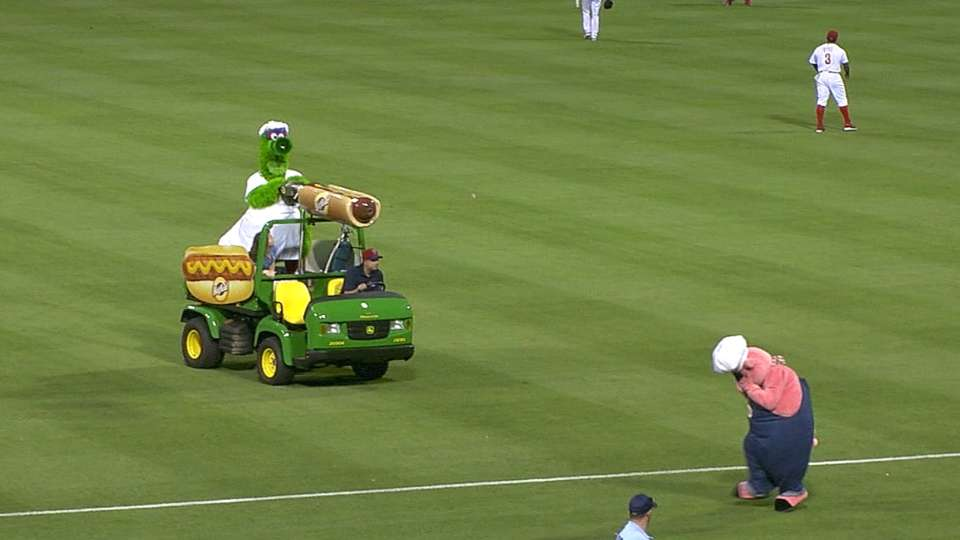 Phanatic gets pig with hot dog