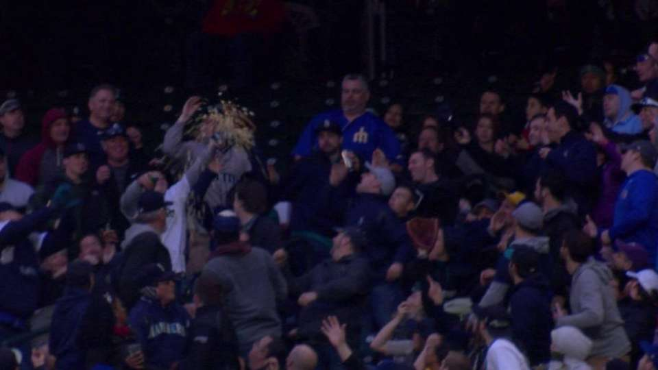 Fan loses snack, gains foul ball