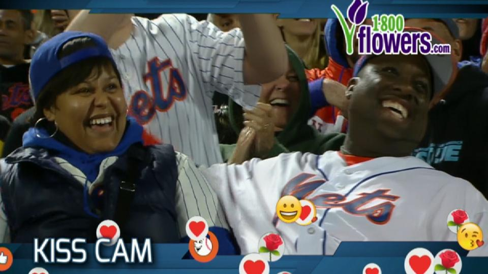 Mets fans pucker up for Kiss Cam