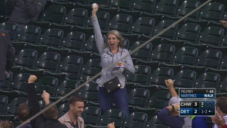 Tigers fan makes barehanded grab