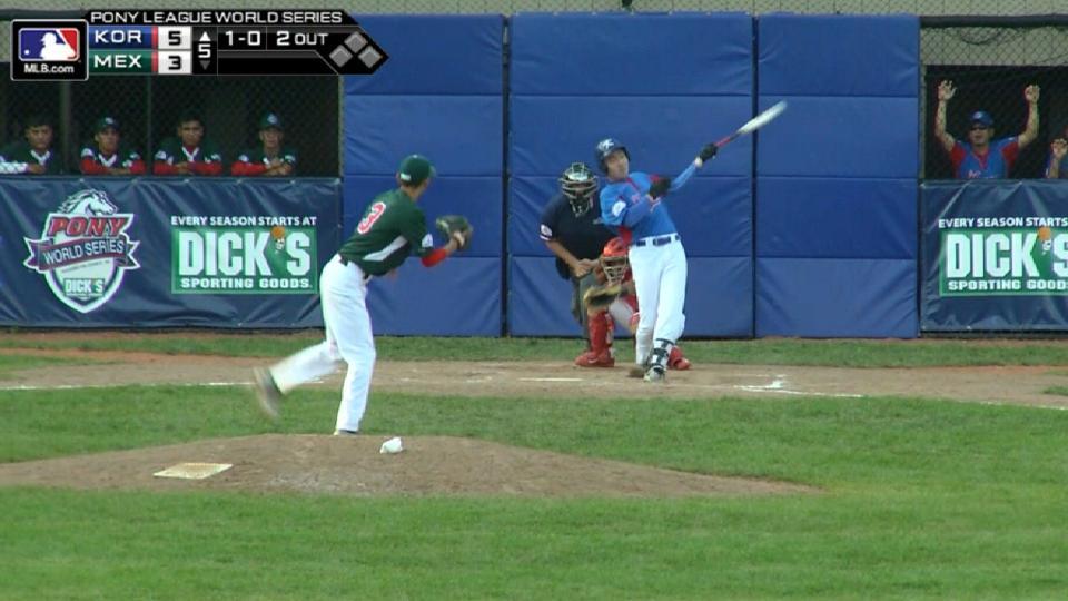 Choi Woo-In hits a home run