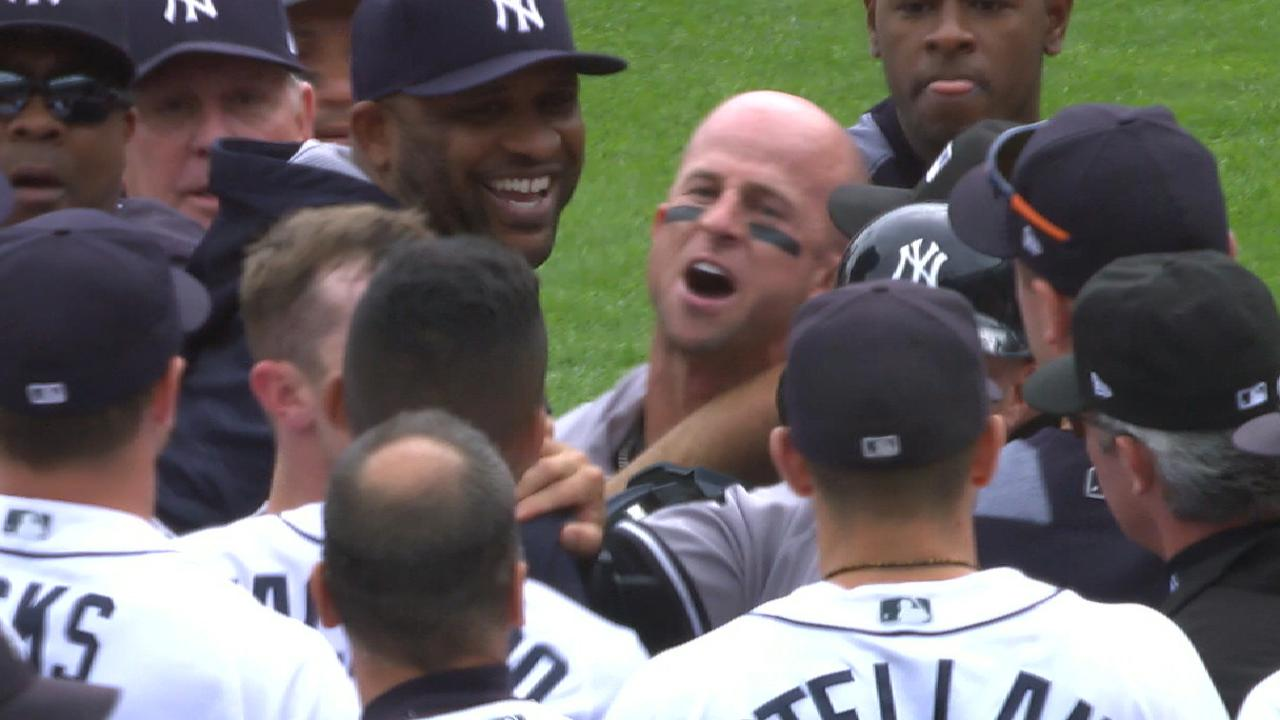 Benches clear in Yankees-Tiger...