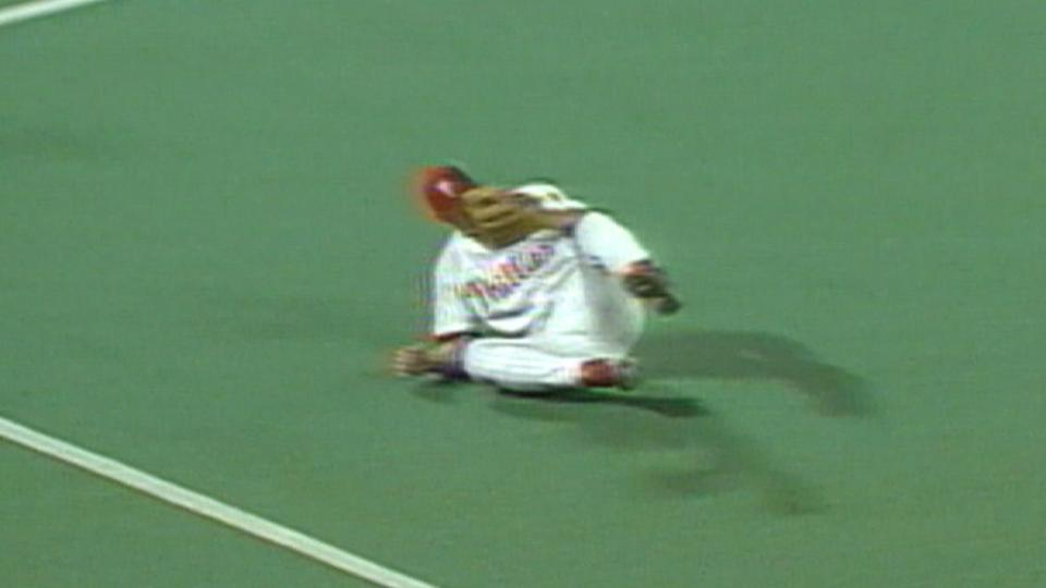 Rolen makes great diving catch