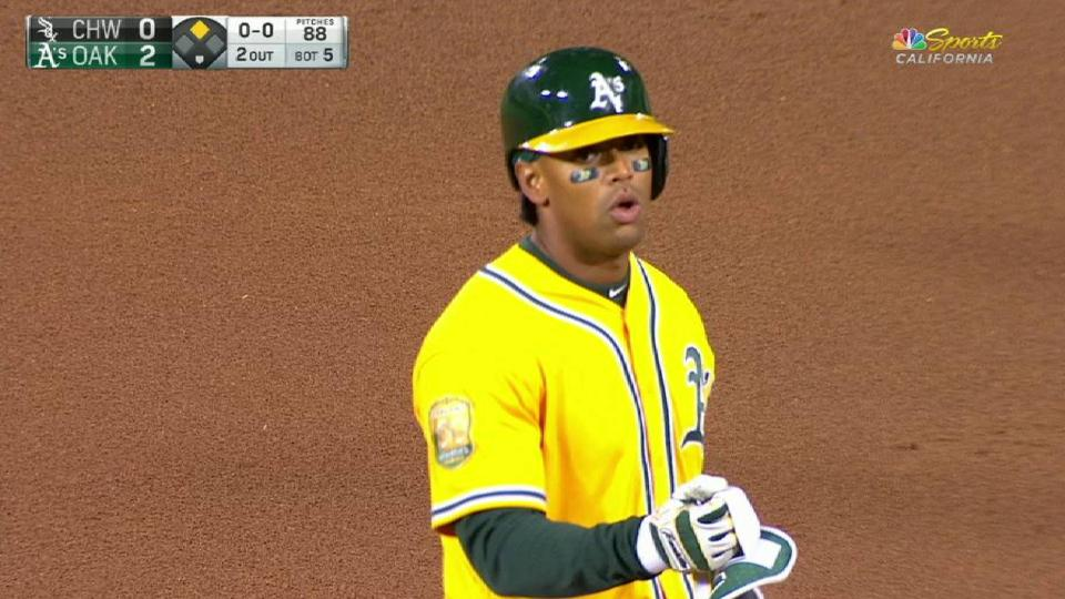 Davis' RBI double off the wall