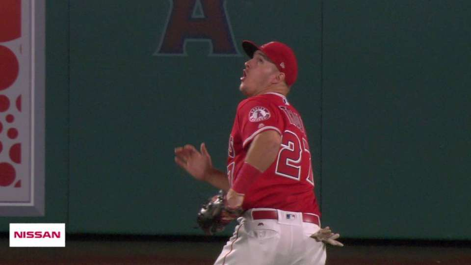Trout's running catch on Altuve