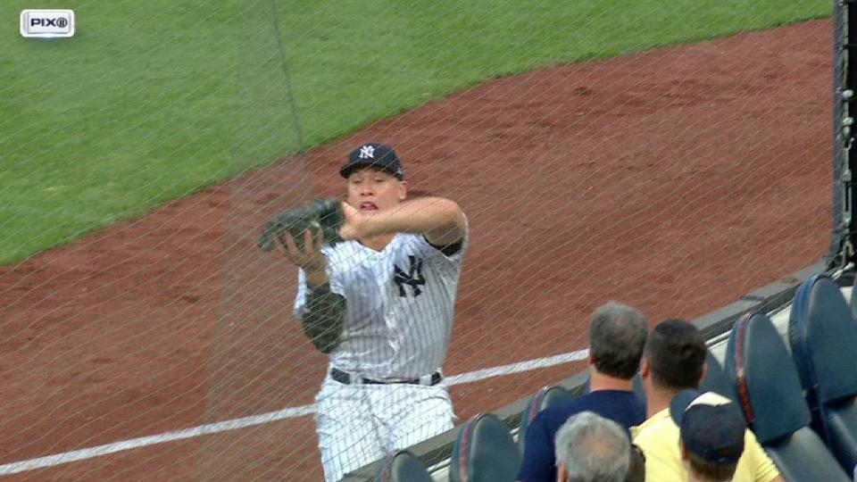 Judge snags fly ball on the run