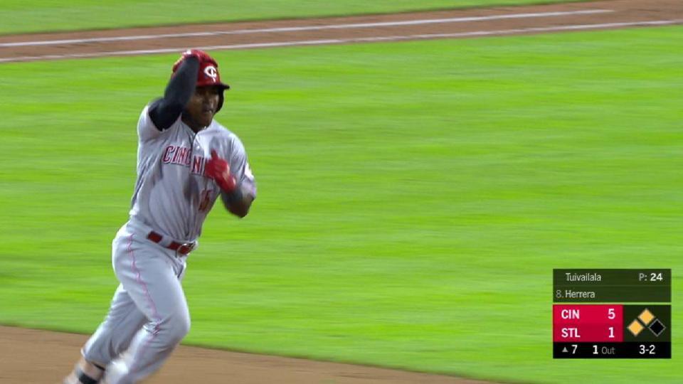 Herrera's pinch-hit 3-run homer