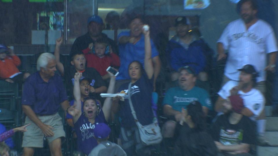 Fan makes one-handed catch
