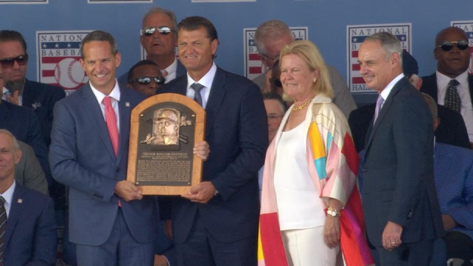 Manfred reads Hoffman's plaque