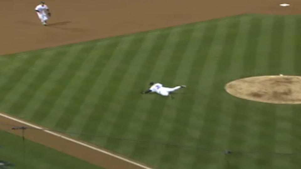 Maddux dives, gets out at first