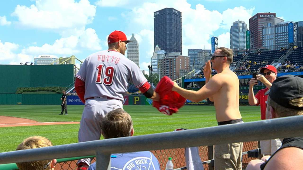 separation shoes 221b2 0147f Joey Votto gives Reds fans his jersey | MLB.com