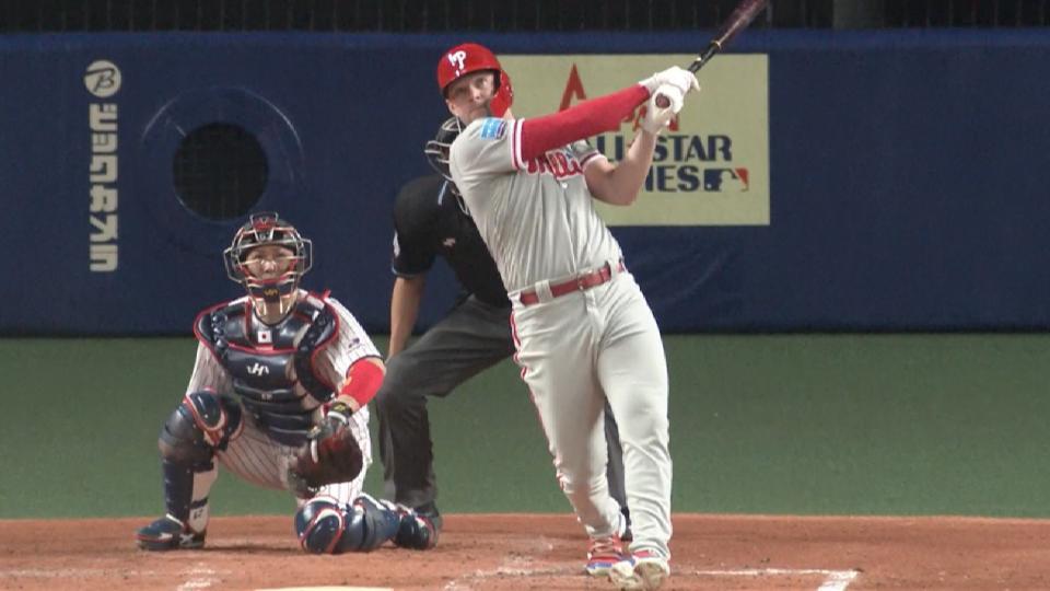 Hoskins' 2-run homer