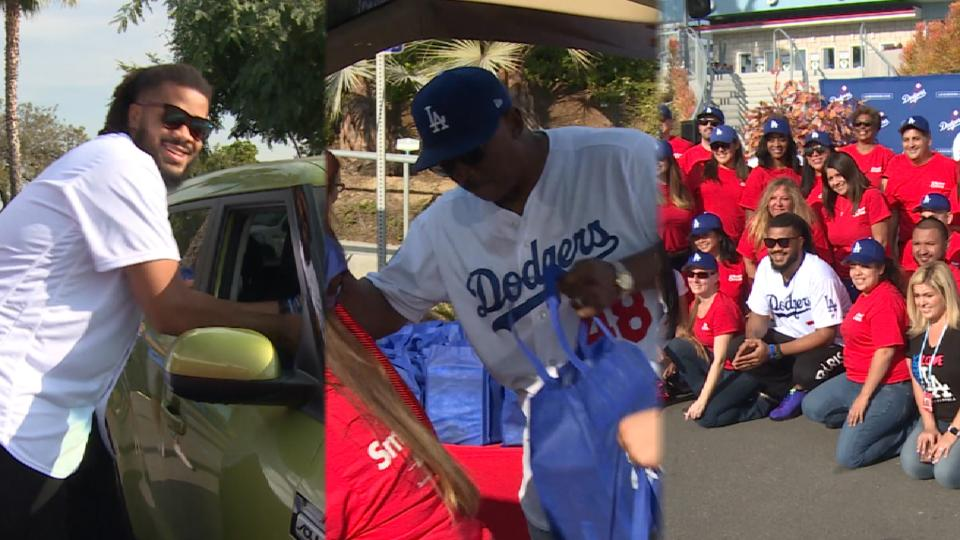 Dodgers hand out 1,200 turkeys