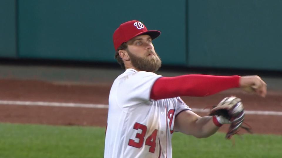 Harper meets with Padres